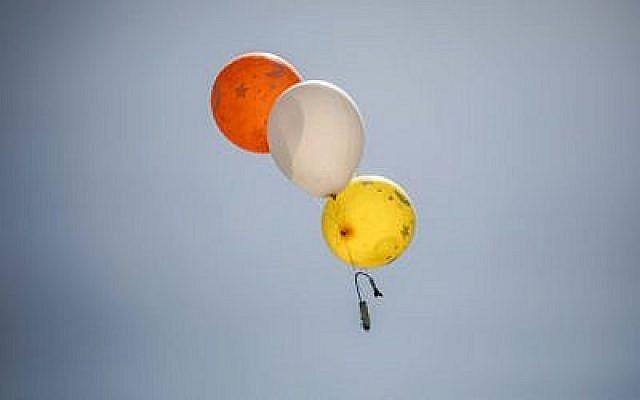 Un ballon transportant un dispositif incendiaire lancé depuis la bande de Gaza, le 31 mai 2019 (Crédit : Hassan Jedi/Flash90)