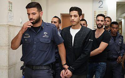 Meir Gamliel (au premier plan) et Natanel Sandrusi accusés de délit de fuite après avoir renversé et blessé gravement un garçon de 11 ans, arrivent à une audience au tribunal de district de Jérusalem, le 3 juin 2019. (Crédit : Noam Revkin Fenton/Flash90)