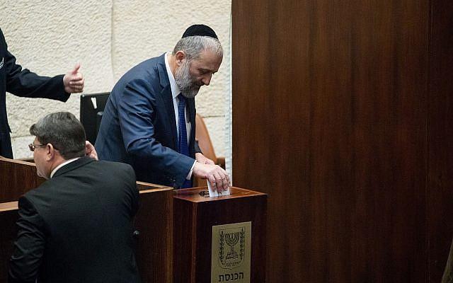 Le ministre de l'Intérieur Aryeh Deri vote pour la nomination du prochain contrôleur de l'État dans la salle des séances plénières de la Knesset à Jérusalem, le 3 juin 2019. (Yonatan Sindel/Flash90)