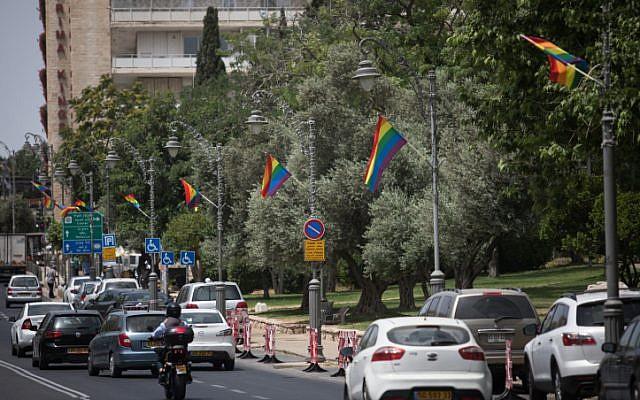 Des drapeaux arc-en-ciel flottant rue Agron à Jérusalem, dans le centre-ville, avant la Marche des fiertés qui aura lieu le 6 juin. Photo prise le 4 juin 2019. (Crédit : Hadas Parush/Flash90)