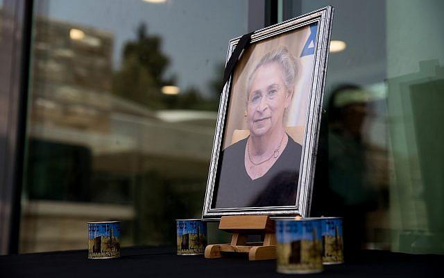 Des bougies placées à côté d'une photo de Nechama Rivlin, feu l'épouse du président Reuven Rivlin, aux abords de la résidence du président à Jérusalem, le 4 juin 2019 (Crédit : Yonatan Sindel/Flash90)