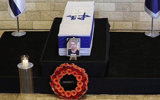 Le cercueil de Nechama Rivlin, la défunte épouse du président Reuven Rivlin, repose en l'état au Théâtre de Jérusalem, le 5 juin 2019. (Noam Revkin Fenton / Flash90)