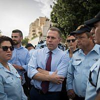 Le ministre de la sécurité intérieure Gilad Erdan, au centre, avec les forces de police lors du défilé annuel de la Gay Pride à Jérusalem, le 6 juin 2019 (Crédit : Yonatan Sindel/Flash90)