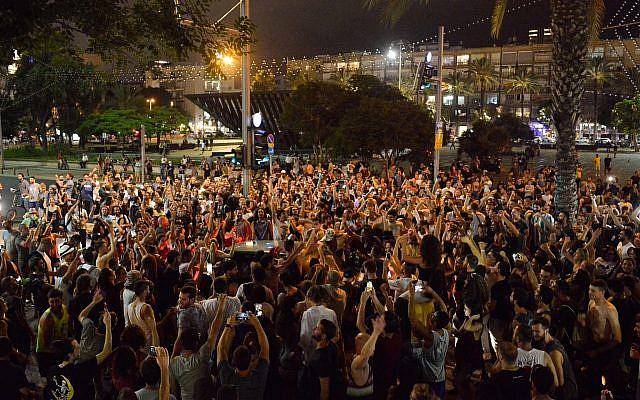 Manifestation place Rabin, à Tel Aviv, contre la décision de la police et de la cour suprême d'annuler le festival Doof, le 7 juin 2019 (Crédit : Adam Shuldman/Flash90)