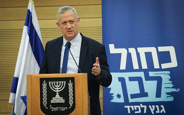 Le leader du parti Kakhol lavan Benny Gantz lors d'une rencontre de faction à la Knesset, le 12 juin 2019 (Crédit : Yonatan Sindel/Flash90)