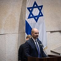 Amir Ohana, nouveau ministre de la Justice, durant sa cérémonie de prestation de serment à la Knesset de Jérusalem, le 12 juin 2019 (Crédit : Yonatan Sindel/Flash90)