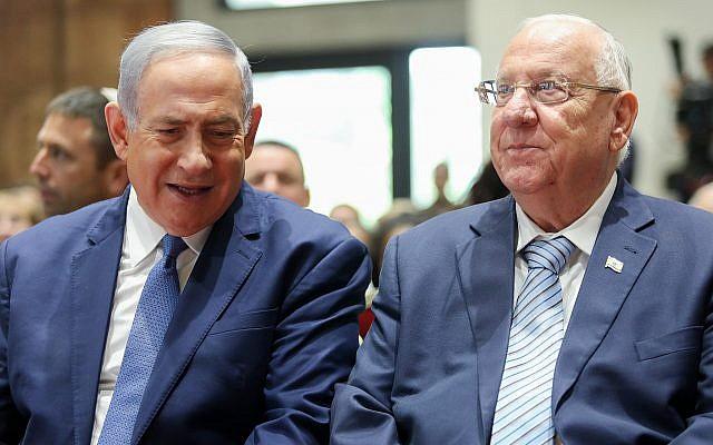 Le Premier ministre Benjamin Netanyahu, (à gauche), et le président Reuven Rivlin assistent à une cérémonie à la mémoire des présidents et Premiers ministres israéliens décédés qui a eu lieu à la résidence du Président à Jérusalem, le 17 juin 2019. (Noam Revkin Fenton/Flash90)