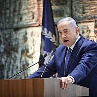 Le Premier ministre Benjamin Netanyahu lors d'une cérémonie en mémoire des présidents israéliens et des Premiers ministres décédés à la résidence du président de Jérusalem, le 17 juin 2019 (Crédit : Noam Revkin Fenton/Flash90)