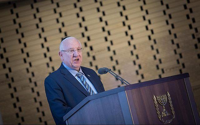 Le président Reuven Rivlin prononce un discours durant une cérémonie d'hommage aux soldats tués pendant la Première guerre du Liban, au cimetière militaire du mont Herzl, à Jérusalem, le 18 juin 2019. (Crédit :Noam Revkin Fenton/Flash90)
