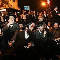 Des hommes ultra-orthodoxes affrontent la police lors d'une manifestation dénonçant l'arrestation de femmes haredim ne s'étant pas présentées au service militaire, à Jérusalem, le 24 juin 2019. (Crédit : Noam Revkin Fenton/Flash90)