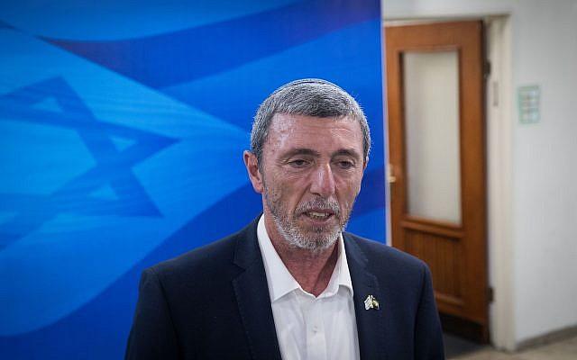 Le ministre de l'Education Rafi Peretz arrive pour la réunion hebdomadaire de cabinet au bureau du Premier ministre de Jérusalem, le 24 juin 2019 (Crédit : Noam Revkin Fenton/Flash90)