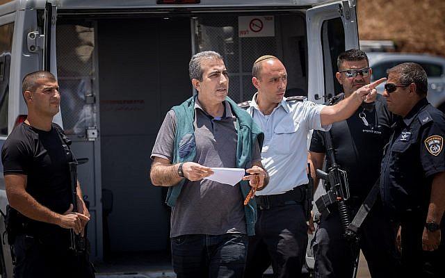 Mahmoud Qadusa après sa libération de prison au checkpoint de Beitunia, en Cisjordanie, le 25 juin 2019. (Crédit : Yonatan Sindel/Flash90)