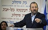 L'ancien Premier ministre Ehud Barak annonce la formation de son nouveau parti, à Beit Sokolov, à Tel Aviv, le 26 juin 2019. (Crédit : Jacob Magid/Times of Israel)