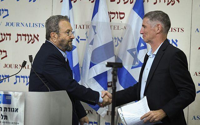 L'ancien Premier ministre Ehud Barak (g) serre la main de Yair Golan en annonçant la formation de son nouveau parti, à Beit Sokolov, à Tel Aviv, le 26 juin 2019. (Crédit : Jacob Magid/Times of Israel)