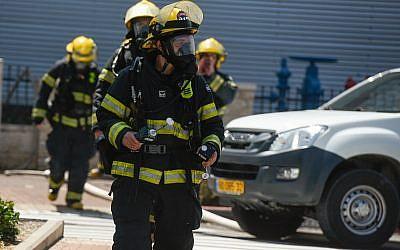 Les pompiers israéliens sur la scène d'une fuite d'ammoniaque à proximité d'un centre commercial d'Acre, le 27 juin 2019 (Crédit : Meir Vaknin/Flash90)
