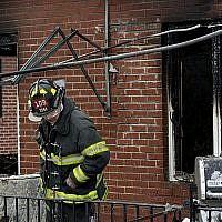 Illustrattion. Un pompier de New York sur les lieux d'un incendie domestique à Brooklyn. (Crédit : AP/Craig Ruttle)
