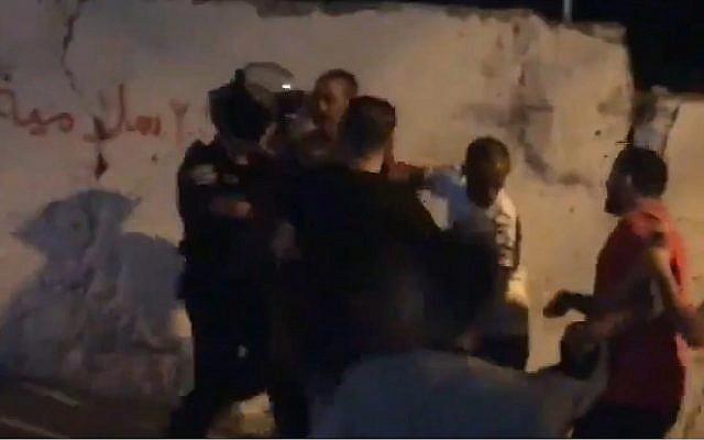 Capture d'écran d'une vidéo qui montrerait un Palestinien blessé par balles par la police israélienne après avoir lancé des feux d'artifice sur les agents dans le quartier Issawiya de Jérusalem-Est, le 27 juin 2019 (Capture d'écran :Twitter)