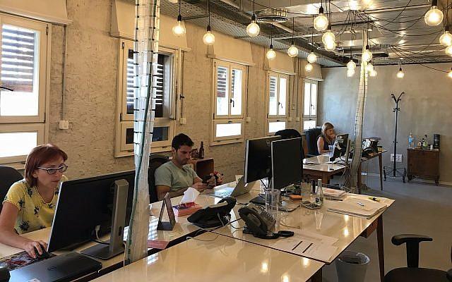 Des employés de Fiverr au travail dans son siège de Tel Aviv, le 6 août 2017. (Shoshanna Solomon/Times of Israel)