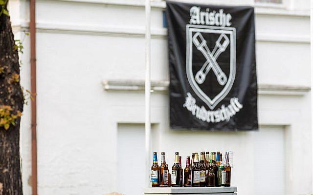 Des bouteilles de bière vides devant l'hôtel où s'est déroulé le festival néo-nazi Shield and Sword à Ostritz, en Allemagne le 22 juin 2019. (Crédit : Daniel Schäfer/picture alliance/ Getty Images via JTA)