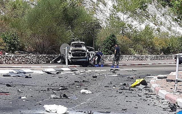 La scène de crime après l'explosion d'une voiture à Nesher, près de Haïfa, le 3 juin 2019. (Crédit : police israélienne)