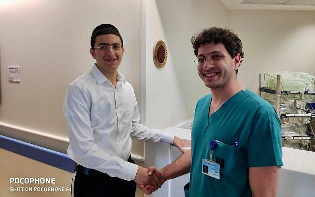 Yisrael Meir Nachumberg (à gauche) serre la main du Dr Michael Samir à sa sortie de l'Hôpital Hadassah Ein Karem à Jérusalem, le 5 juin 2019. (Porte-parole de l'Hôpital Hadassah Ein Kerem)