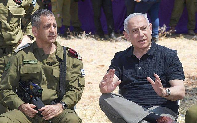 Le Premier ministre Benjamin Netanyahu et le chef d'Etat-major Aviv Kohavi assistent à un entraînement militaire dans le nord d'Israël (Crédit : Amos Ben Gershom/GPO)