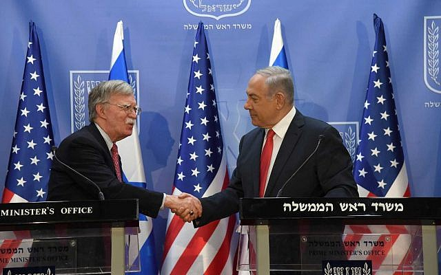 Le conseiller américain à la sécurité nationale John Bolton, (à gauche), rencontre le Premier ministre Benjamin Netanyahu au cabinet du Premier ministre à Jérusalem, le 23 juin 2019. (Haim Zach/GPO)