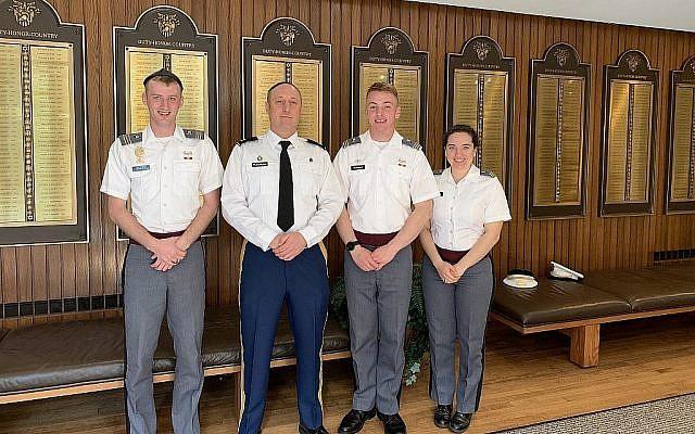 De gauche à droite, le lieutenant en second Noah Carlen, le rabbin David Ruderman, le lieutenant Joshua Fernquist et le lieutenant Rachelle David se tiennent devant les noms de tous les diplômés juifs connus de West Point. (Cathryn J. Prince/Times of Israel)