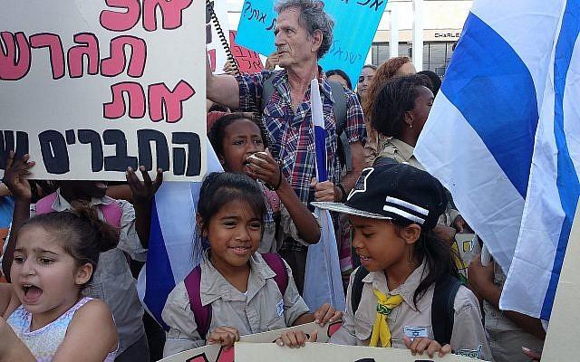 Des enfants manifestent à Tel Aviv contre la décision d'expulser environ 50 enfants de travailleurs étrangers et leurs mère cet été, le 24 juin 2019 (Crédit :  Melanie Lidman/Times of Israel)