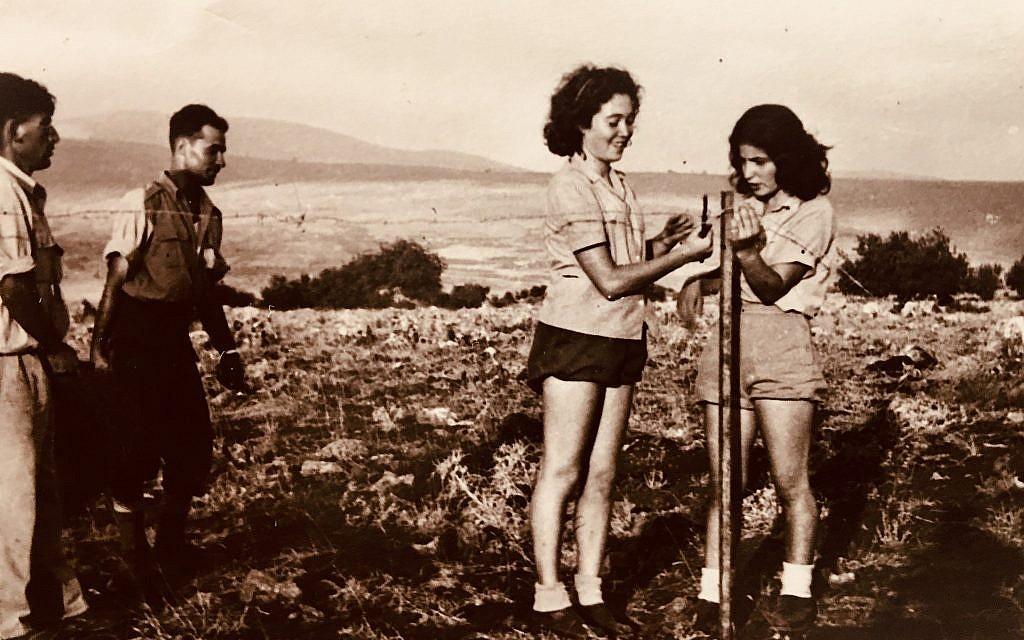 Ella Ben-David, (au centre), installe une clôture de barbelés dans le cadre de son service au Palmach. (Autorisation)