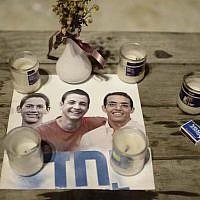 Bougies de deuil sur la place Rabin de Tel Aviv, après le meurtre de Naftali Fraenkel, Gilad Shaer et Eyal Yifrach le 12 juin 2014. (Tomer Neuberg/Flash90)