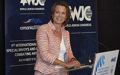 Katharina von Schnurbein prend la parole lors d'une conférence des envoyés contre l'antisémitisme à Bucarest, Roumanie, le 17 juin 2019. (Shahar Azran/Congrès juif mondial via JTA)