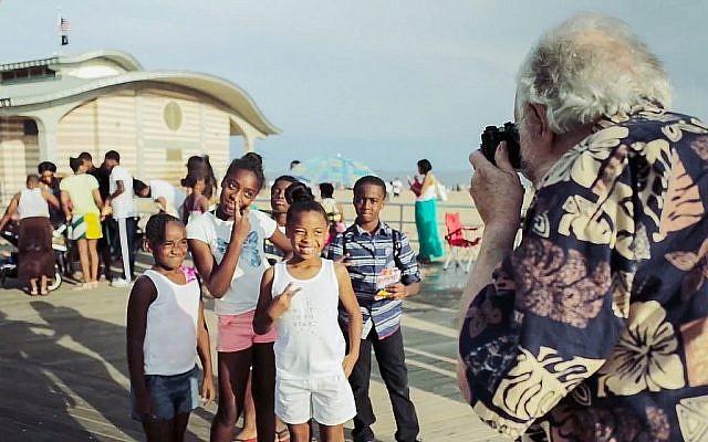 """Harold Feinstein photographie un groupe d'enfants à Coney Island, dans cet extrait du documentaire """"Last Stop Coney Island"""". (Autorisation)"""