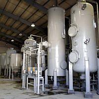 Une photo montre l'intérieur d'une usine de production d'eaux lourdes à Arak en Iran, le 27 octobre 2004 (Crédit : AP/Fars News Agancy, File)