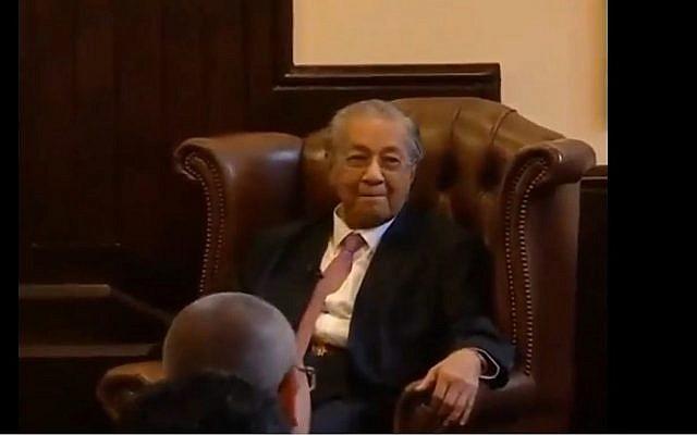 Capture d'écran d'une vidéo du Premier ministre malais Mahathir Mohamad durant un débat organisé par la Cambridge Union durant lequel il a tenu des propos considérés comme antisémites. (Crédit : YouTube)