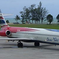 Un appareil McDonnell Douglas MD-82 de la compagnie low-cost thaïlandaise One-Two-GO, sur le tarmac de l'aéroport de Phuket. (Seandigger / Wikipédia / Domaine public)