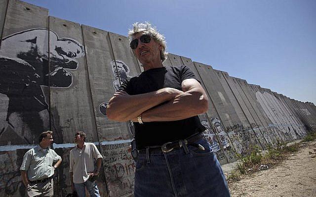 Le cofondateur des Pink Floyd Roger Waters dans le camp de réfugiés d'Aida, à proximité de Bethléem, en bordure de la barrière de sécurité israélienne en Cisjordanie,  le 2 juin 2009 (Crédit : Muhammed Muheisen/AP Images)