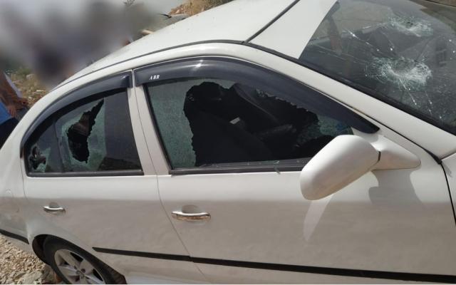 """Une voiture victime d'une attaque """"prix à payer"""" dans le village de Yasuf, dans le nord de la Cisjordanie, le 5 juin 2019. (Crédit : Police israélienne)"""