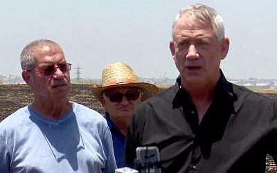 Le dirigeant de Kakhol lavan, Benny Gantz, répond à des journalistes devant un champ calciné dans le sud d'Israël, le 28 juin 2019. (Crédit : capture écran / Twitter)