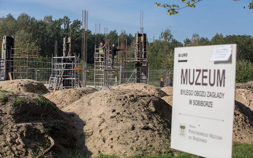 L'ancien camp de la mort nazi de Sobibor, dans l'est de la Pologne, où plus de 200000 Juifs ont été assassinés pendant la Shoah. Un musée et un centre d'accueil tant attendu sont en cours de construction, le 30 septembre 2017. (Elan Kawesch/The Times of Israel)