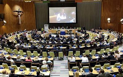 Une cérémonie organisée au siège des Nations unies à New York marquant le 25e anniversaire de l'attentat terroriste ayant visé le centre juif de Buenos Aires, l'AMIA. (Crédit : autorisation du Congrès juif mondial via JTA)