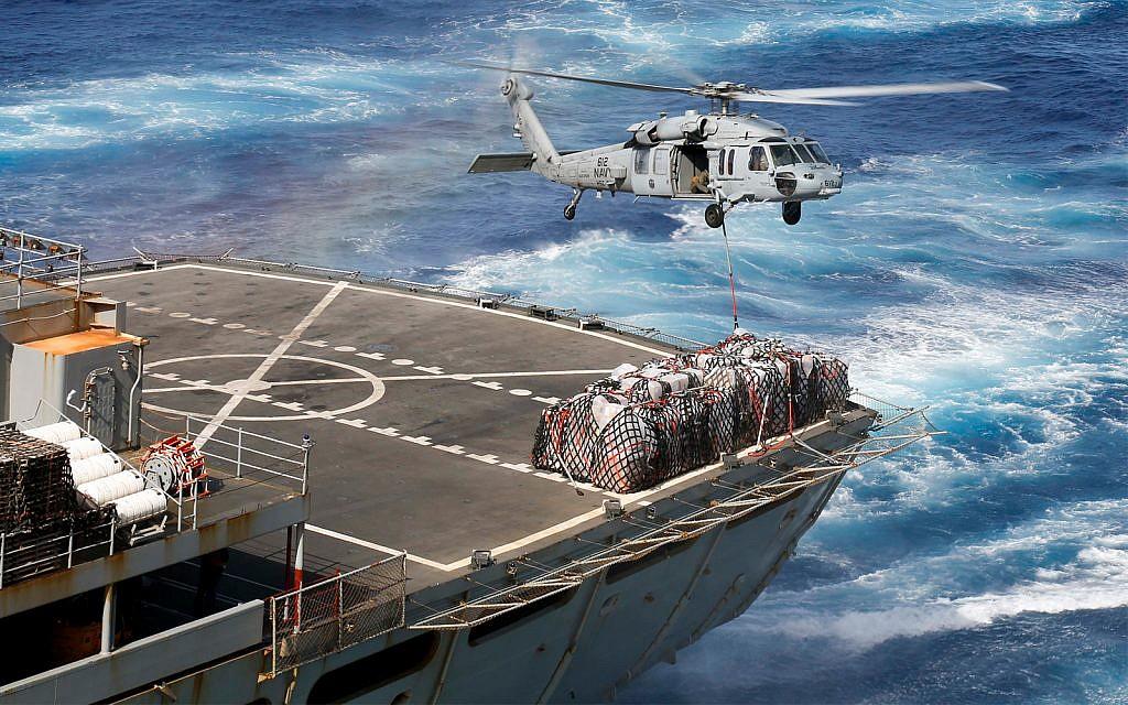 Un hélicoptère livre des équipements au porte-avions américain USS Abraham Lincoln en Méditerranée qui se dirige vers le Golfe persique, le 8 mai 2019. (Crédit : US Navy/Michael Singley)
