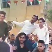 Plusieurs habitants d'implantations juives lors d'un mariage palestinien en Cisjordanie, dont la présence a entraîné l'indignation, le 13 juin 2019 (Capture d'écran : YouTube)
