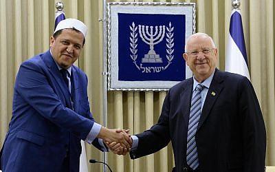 Le président Reuven Rivlin rencontre l'imam français Hassen Chalgoumi à Jérusalem, le 16 juin 2019 (Crédit :  Mark Neiman/GPO)