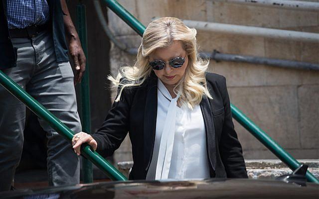 Sara Netanyahu quitte la cour des magistrats de Jérusalem, le 16 juin 2019 (Crédit : Yonatan Sindel/Flash90)