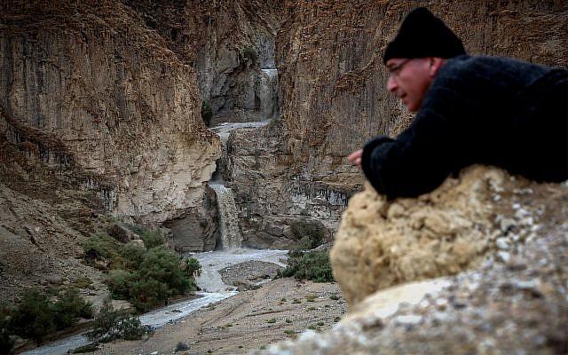 Inondations après quelques jours de fortes pluies dans le ruisseau Kidron dans le désert de Judée, le 27 novembre 2014. Les eaux usées de nombreux quartiers de Jérusalem-Est et de plusieurs quartiers juifs - y compris la zone autour de la Vieille-Ville et près de la place Safra - se déversent, telles quelles, sans aucun traitement dans le cours du fleuve. (Yossi Zamir/Flash90)