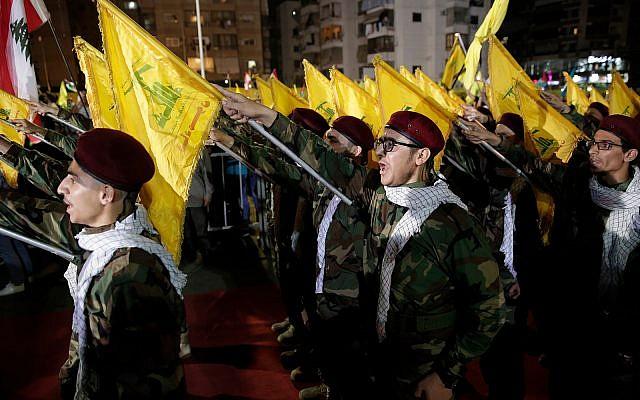 Des partisans du Hezbollah font le salut nazi lors d'un rassemblement pour marquer la journée al-Qods à Beyrouth, au Liban, le 31 mai 2019. (AP Photo/Hassan Ammar)