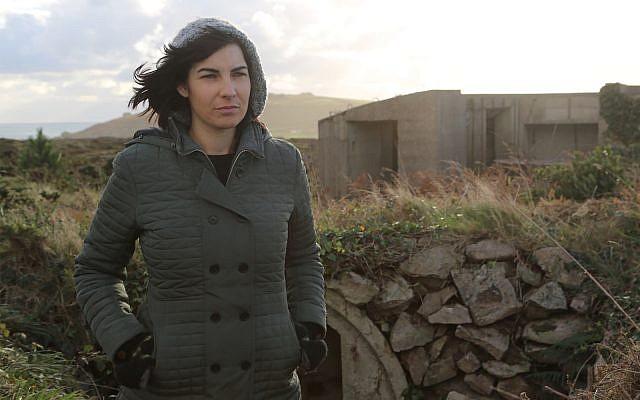 "Caroline Sturdy Colls, archéologue scientifique de renom, dans ""Adolf Island"". (Capture d'écran via JTA)"