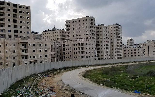La barrière de sécurité qui sépare Kafr Aqab du reste de Jérusalem, le 20 février 2019. (Crédit Adam Rasgon/Times of Israel)