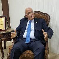 Saeb Erekat, secrétaire général du Comité exécutif de l'Organisation de libération de la Palestine, s'exprime à son bureau à Ramallah, le 9 juin 2019. (Adam Rasgon/Times of Israel)